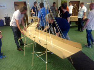 Teamarbeit: Die Brückenmodule werden zusammen gesetzt