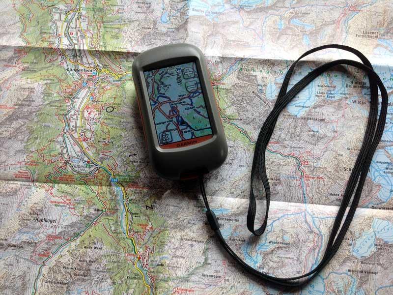 GPS Gerät liegt auf Landkarte