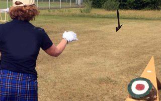Highland Games: Frau beim Axtwurf