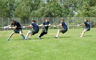 Highland Games: Team beim Tauziehen