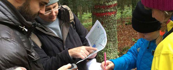 GPS Outdoor Rallye, Team studiert Karte und GPS-Gerät